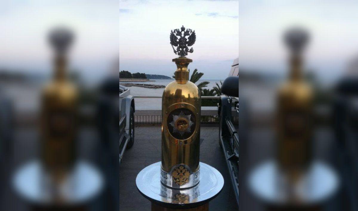 La botella está hecha con casi 3 kilos de oro y otros tantos de plata