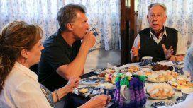 Mauricio Macri tomando el te de forma casual