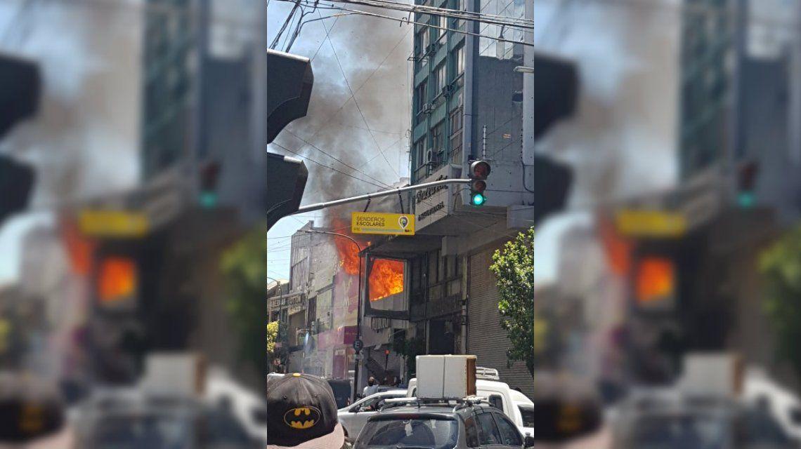 El incendio comenzó en un local de cotillón y se expandió por la calle