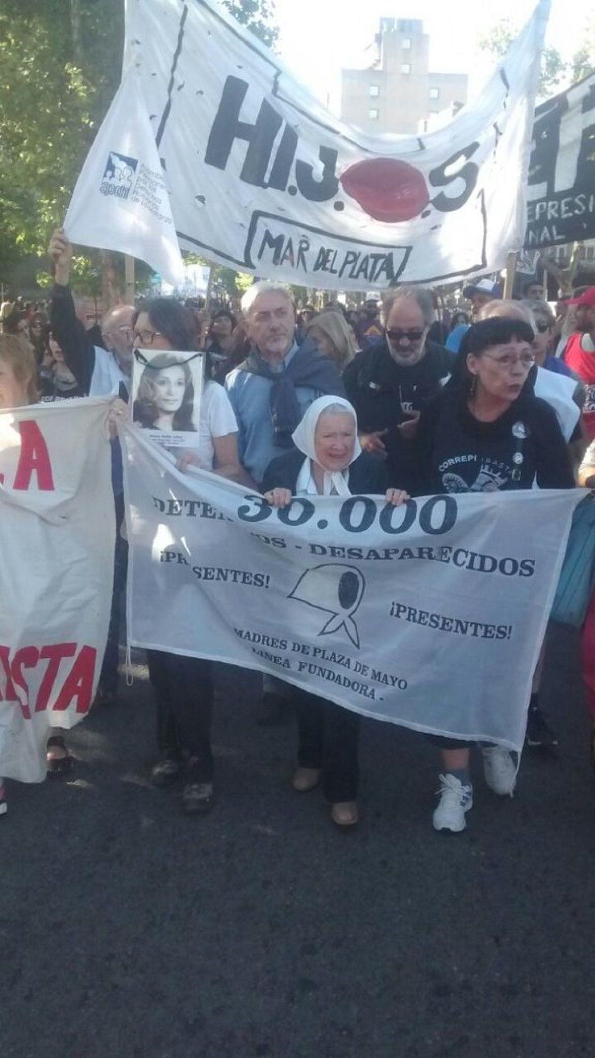 Marcha contra Etchecolatz en Mar del Plata - Crédito: @ChinoHeberling