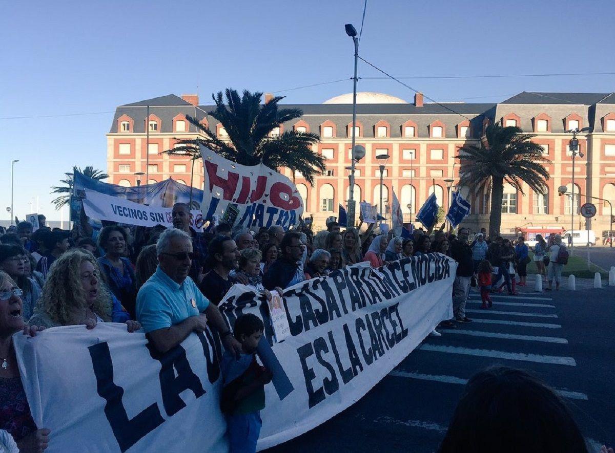 Marcha contra Etchecolatz en Mar del Plata - Crédito: @ines_arrondo