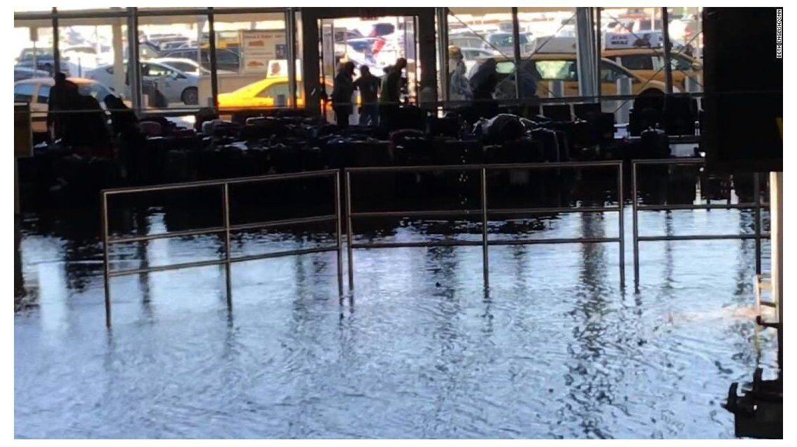 Cierran parte del aeropuerto de Nueva York por una inundación
