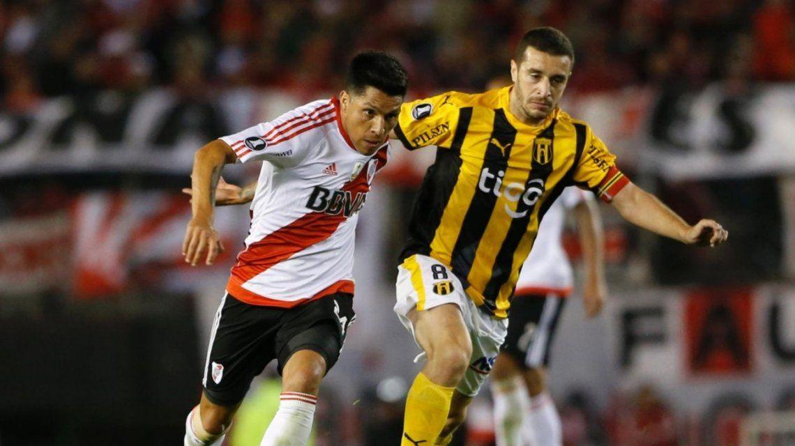 Marcelo Palau peleando con Enzo Pérez quien puede ser su futuro compañero