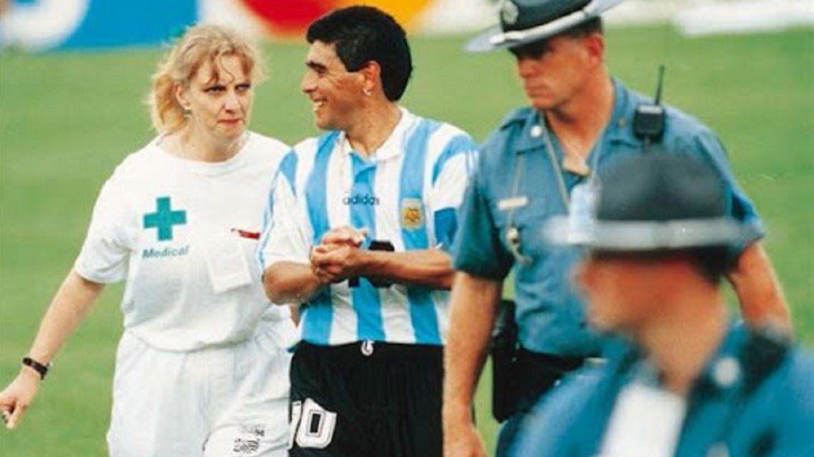 La imagen más triste: Maradona acompañado por la enfermera tras el duelo ante Nigeria