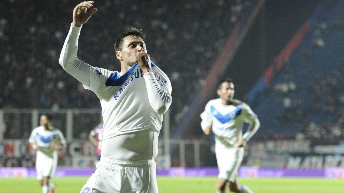 Mauro Zárate besa la camiseta de Vélez en la cancha de San Lorenzo