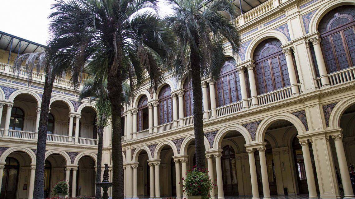 La Casa Rosada ajusta y recorta en personal pero gasta $235 mil en una palmera