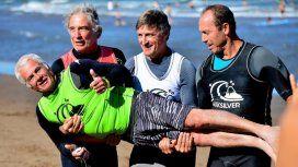 Así cuidan las otras leyendas a Sandy Errecaborde, el más veterano del torneo con 71 años (foto:Maxi Bendahan)