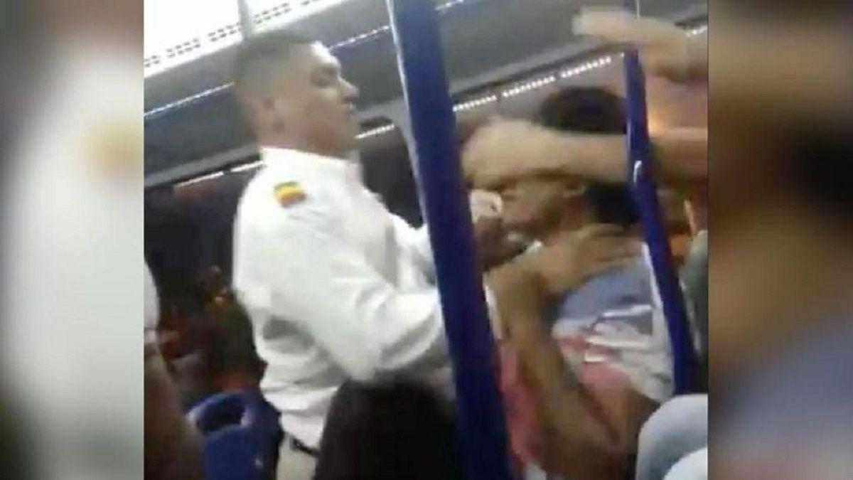 Un colectivero se sacó y le dio una brutal paliza a un pasajero que tocaba mucho el timbre