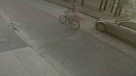 La joven paseaba en bicicleta