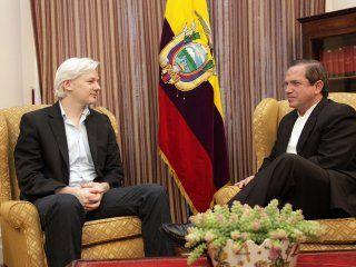 Assange en una reunión con el canciller ecuatoriano Ricardo Patiño en 2013