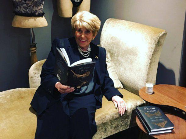 June Kenton perdió el sello real por su indiscreción