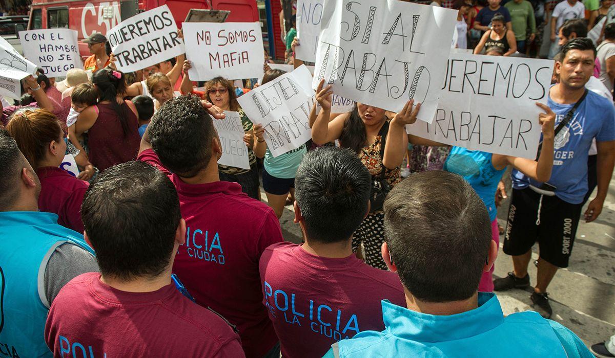 Radiografía de los manteros en Liniers: 38 cuadras de comida, ropa y joyas