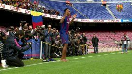 ¿Por qué Yerry Mina pisó descalzo el césped en su presentación en Barcelona?