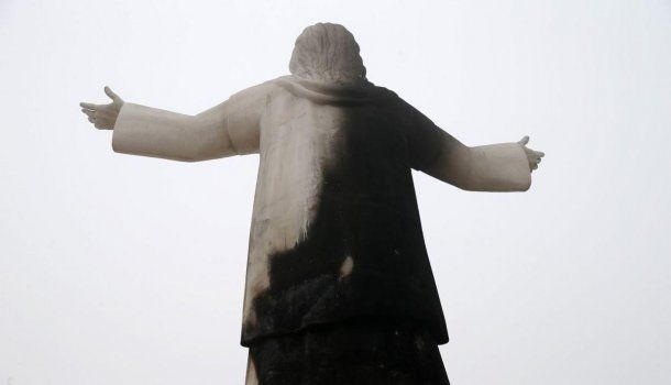 El daño más evidente fue en la parte trasera de la estatua<!-- Inicializacion de estilos -->