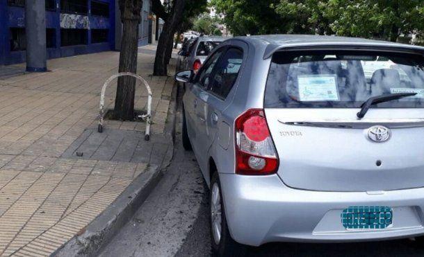 Un auto con identificación de discapacitado tapó una rampa