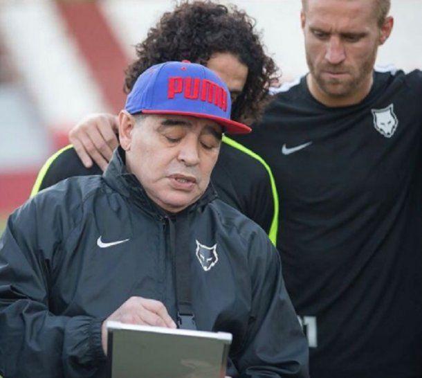 Maradona explica; Carando escucha con atención (y admiración)