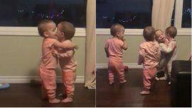 Los cuatrillizos que se abrazan se hicieron virales