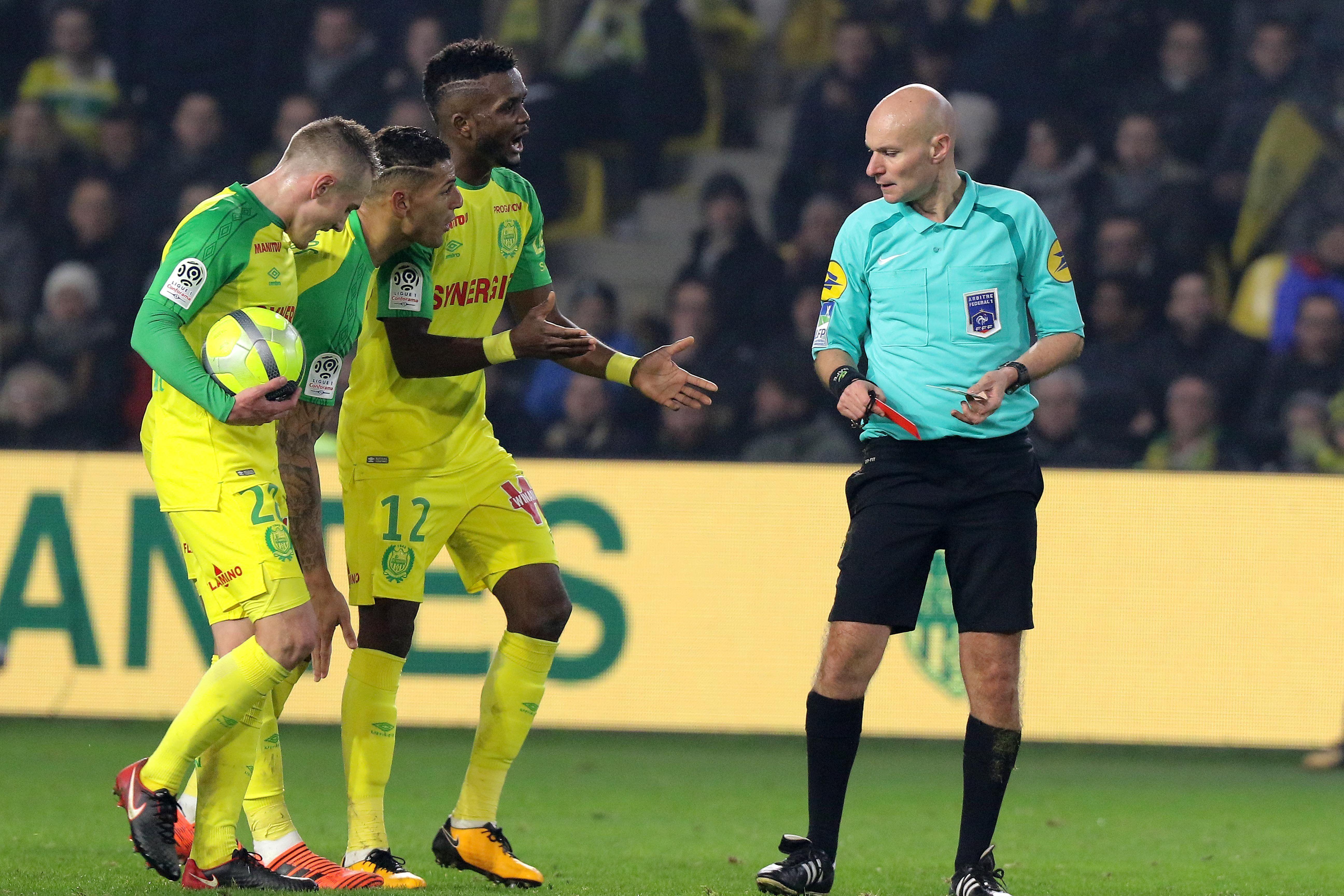 Los jugadores del Nantes pidiendo explicaciones ante la increíble decisión de Chapron