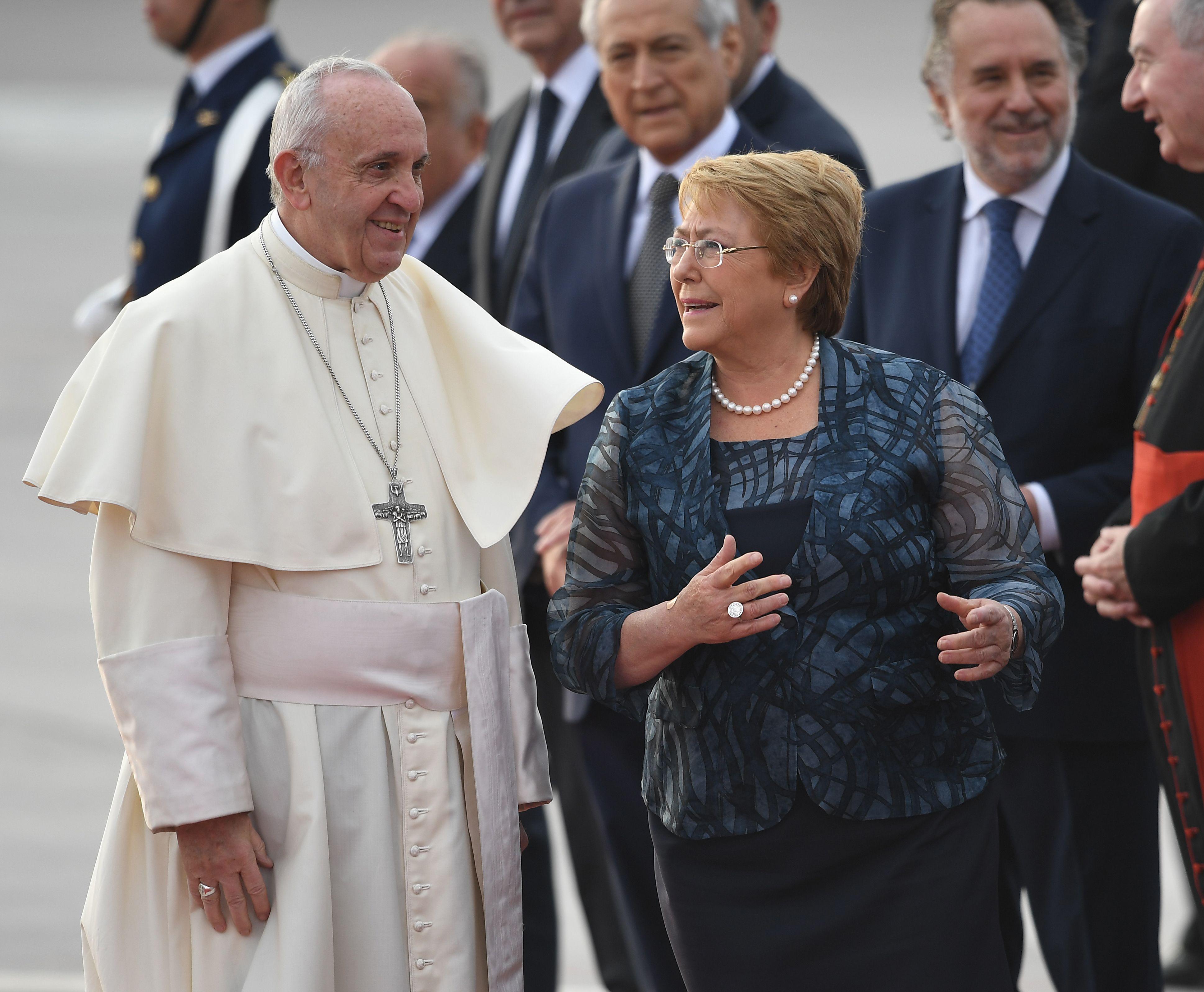 La presidenta chilena Michelle Bachelet recibe al papa Francisco en el aeropuerto Arturo Merino Benítez en Santiago.