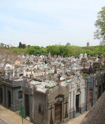 Quiso violar a una empleada en el baño del cementerio de Chacarita