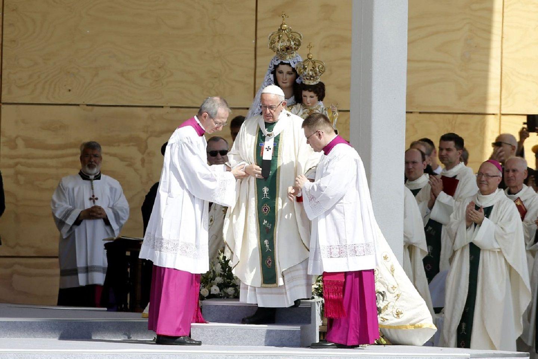 Francisco expresó su dolor y vergüenza por los abusos de curas a menores