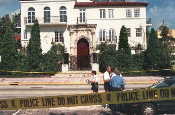 El modisto Gianni Versace fue asesinado en la puerta de su mansión.<br>