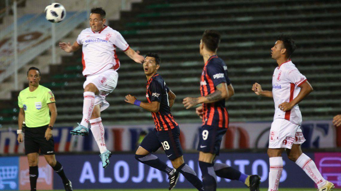 Mauro Bogado le gana en lo alto a Rubén Botta