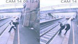 VIDEO: Una mujer salva a un hombre de ser atropellado por un tren
