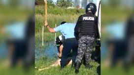 Nadaba desnudo al costado de la ruta y un policía lo agredió con un palo