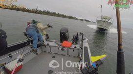 Pescadores se lanzan al agua segundos antes de ser embestidos por un barco