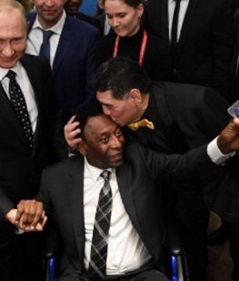 Maradona besa al astro brasileño durante su último encuentro en Rusia