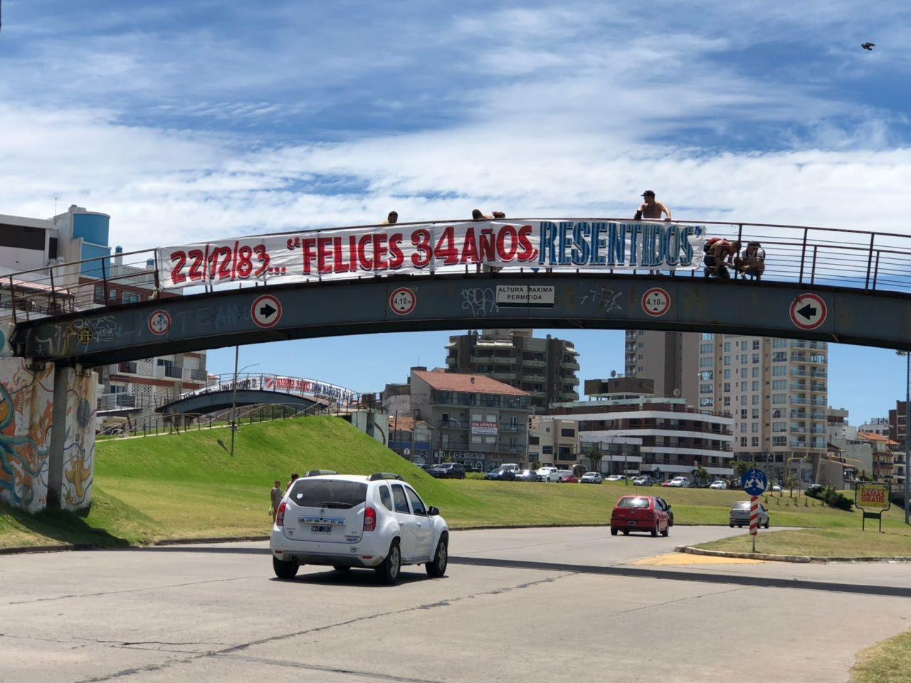 Todo Rojo: Independiente inundó Mar del Plata con afiches cargando a Racing