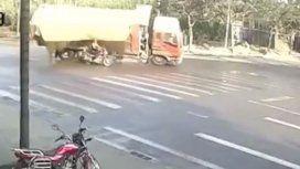 VIDEO: Un motociclista se salva de milagro de ser aplastado por un camión