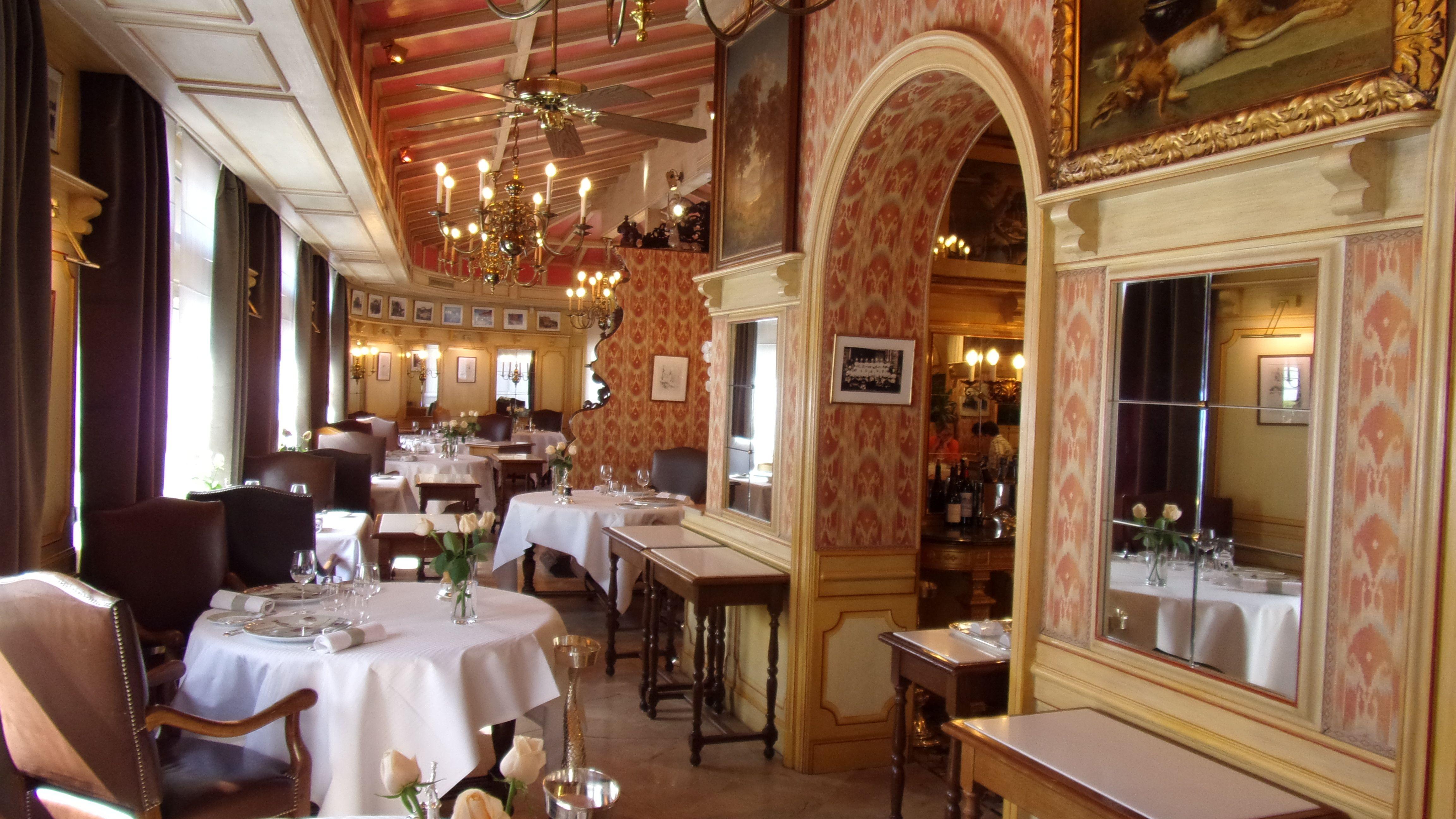 El salón de la posada de Bocuse enCollonges-au-Mont-dOr