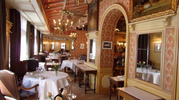 El salón de la posada de Bocuse en Collonges-au-Mont-d