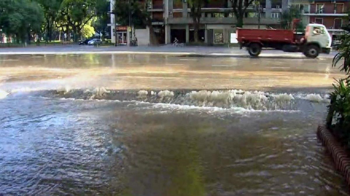 Libertados inundada por un caño roto - Crédito:@charlygonza_07