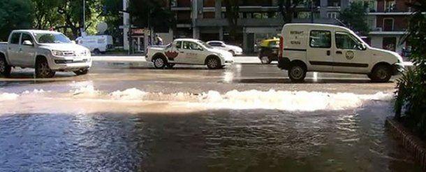 Libertador inundada por un caño roto - Crédito: @RED92cadadiamas