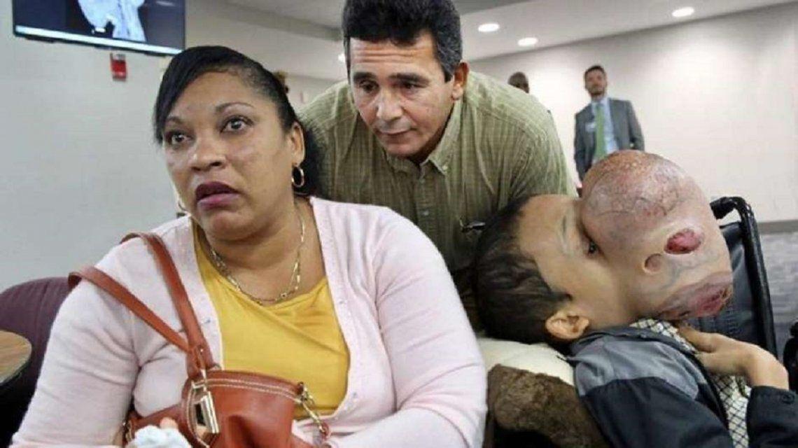 Emanuel con sus padres Noel Zayas y Melvis Vizaino