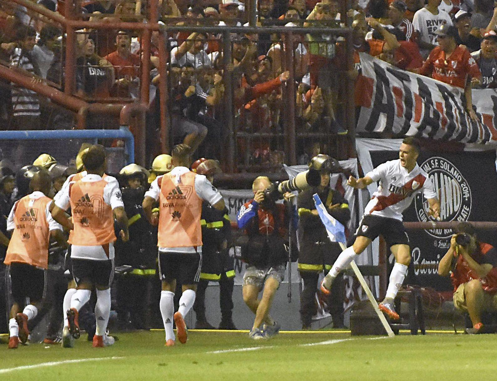 Rafael Santos Borré festejando el primer gol del encuentro