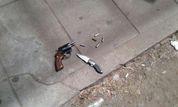 El arma blanca y la de fuego que utilizó el atacante<br>