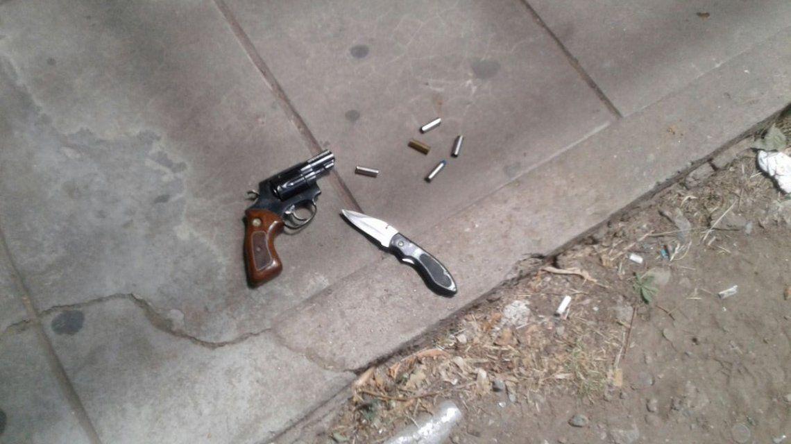 El arma blanca y la de fuego que utilizó el atacante