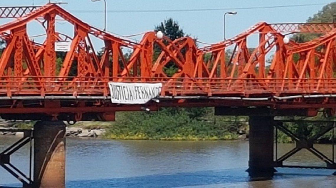 Bandera por Fernando Pastorizzo en el puente Méndez Casariego
