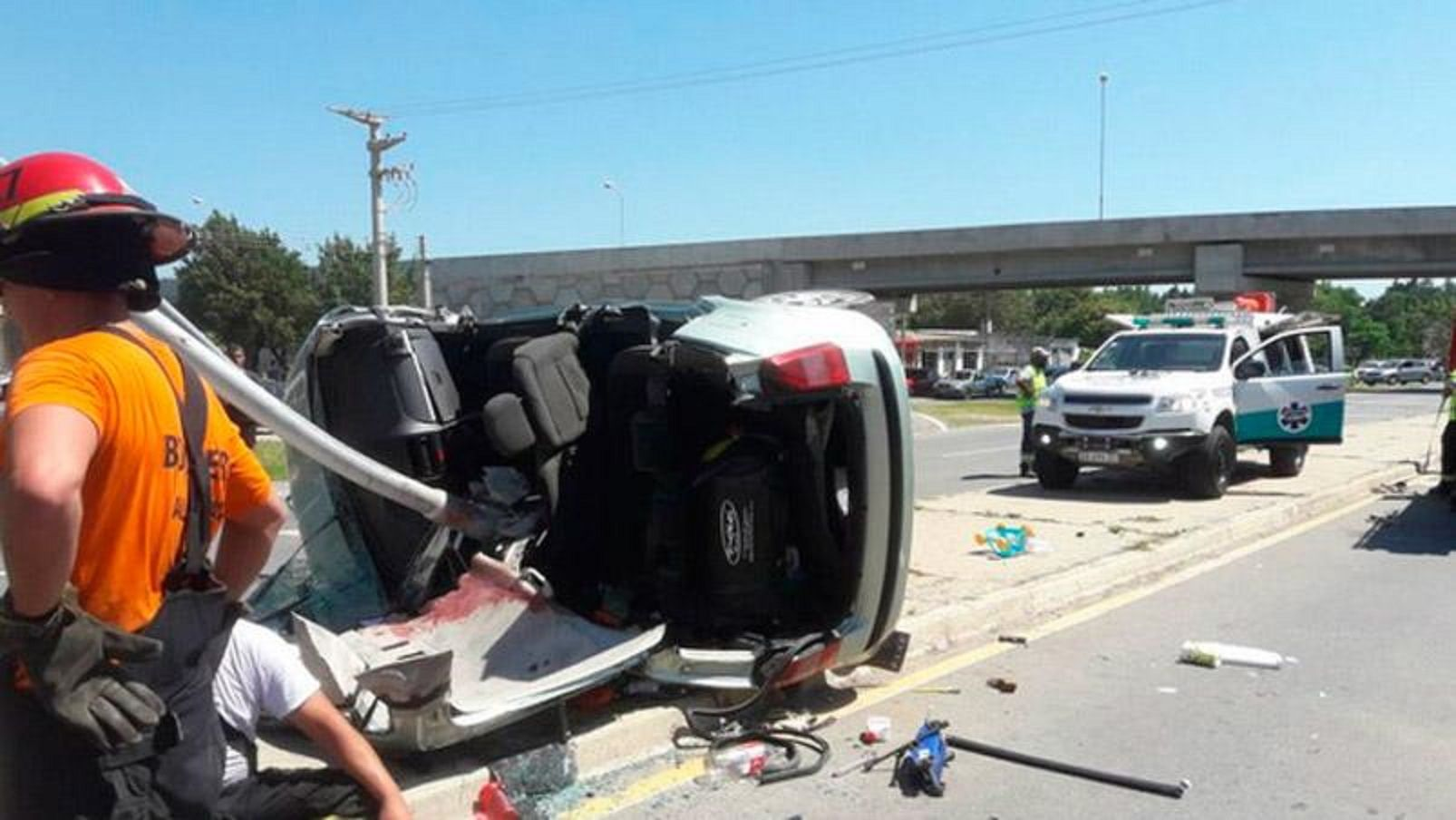 El conductor del auto murió pero sus hijos se salvaron.