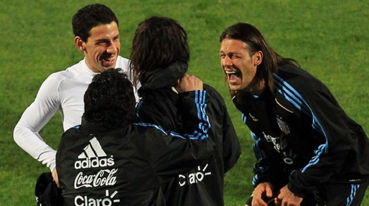 Garcé y Maradona junto a Demichelis y Maxi Rodríguez durante una práctica