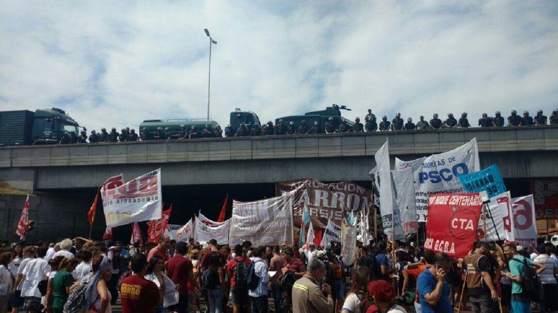 Tensión en acceso Oeste: Gendarmería avanza en la protesta de trabajadores del Posadas