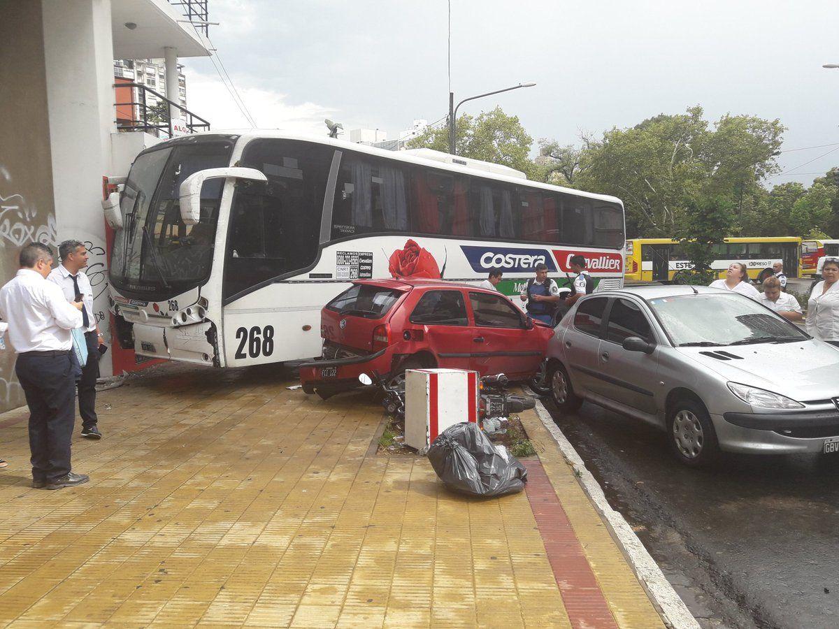 El conductor perdió el control de la unidad de Costera Metropolitana