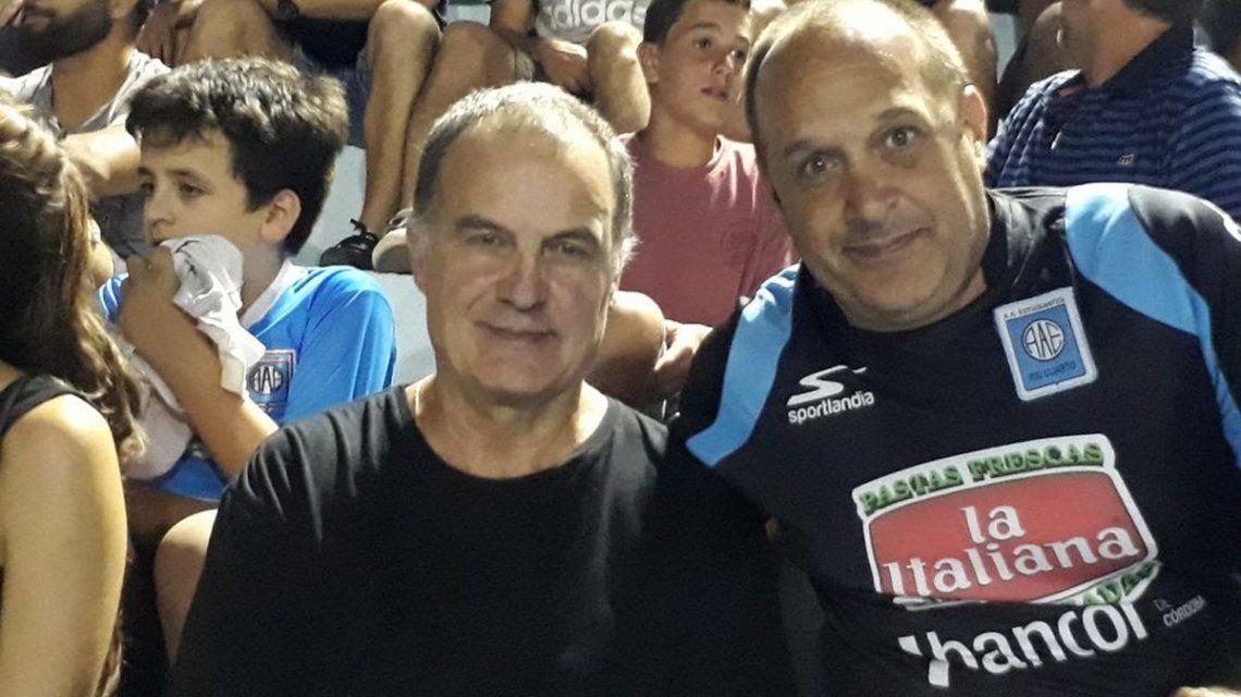 Marcelo Bielsa viendo a Pablo Aimar en Río Cuarto