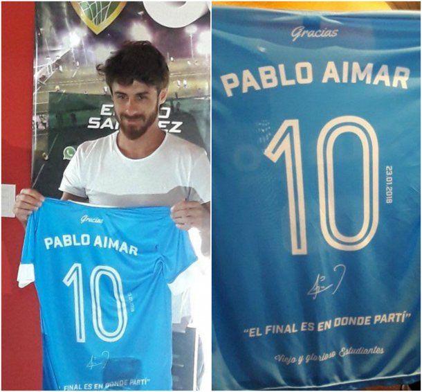 Pablo Aimar con la camiseta que usó en su despedida<br>