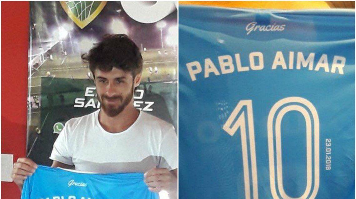 Pablo Aimar con la camiseta que usó en su despedida