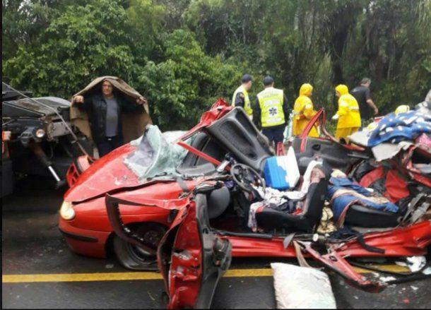 Totalmente destrozado quedó el vehículo aplastado<br>